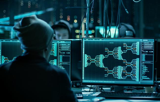Jugadores de hacking ético delante de un ordenador