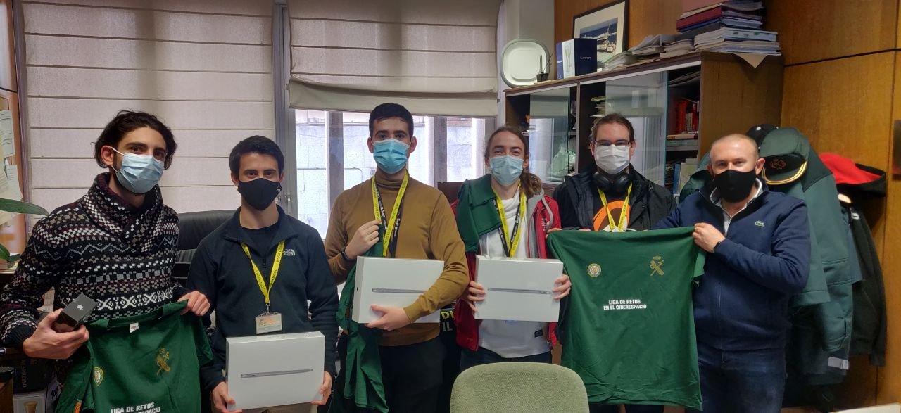 Equipo ganador de la II National Cyber League GC recibiendo los premios
